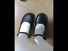 白タイツ脚で靴を履いたり脱いだり...