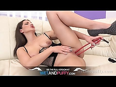 Teen fucks her shaved pussy with...